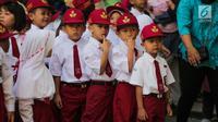 Murid baru mengikuti upacara bendera pada hari pertama sekolah di SDN Pisangan 02, Ciputat, Tangerang Selatan, Senin (15/7/2019). Senin, 15 Juli 2019 merupakan hari pertama masuk sekolah tahun ajaran 2019/2020 usai libur panjang. (Liputan6.com/Faizal Fanani)