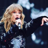 Penampilan Taylor Swift dalam balutan gaun hitam yang seksi rancangan Versace di Golden Globes 2019. Sumber foto: Akun instagram @taylorswift..