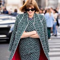 Sepanjang kariernya, Anna Wintour terus berevolusi dalam berpakaian. Simak tren fashion apa saja yang tak akan pernah lagi ia kenakan. (Foto: Instagram/@annawintourworld)