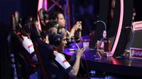 Para anggota tim e-Sports, Louvre, saat melawan ONIC pada babak final Turnamen Mobile Legends: Bang Bang Profesional League (MPL) Indonesia Season 3 di Britama Arena, Jakarta, Jumat (3/5). ONIC menang 2-0 atas Louvre. (Bola.com/Yoppy Renato)