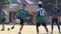 Djadjang Nurdjaman ikut terlibat dalam sesi latihan Persebaya Surabaya. (Bola.com/Aditya Wany)