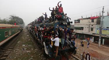 Muslim Bangladesh berada di atas kereta yang penuh sesak setibanya untuk menghadiri pertemuan Muslim tahunan 'Biswa Ijtema' di Dhaka, Minggu (12/1/2020). Bishwa Ijtema merupakan merupakan pertemuan terbesar kedua Muslim di dunia setelah haji. (AP/Mahmud Hossain Opu)