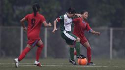Gelandang Bangka Belitung, Safira Ika, berusaha merebut bola saat melawan Sumatera Utara pada laga Piala Pertiwi 2019 di Lapangan NYTC, Sawangan, Rabu (24/4). Babel unggul 5-0 atas Sumut. (Bola.com/Yoppy Renato)