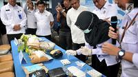 Petugas BNN saat melakukan tes sebelum pemusnahan narkotika di Badan Narkotika Nasional (BNN), Jakarta, Selasa (12/3). (merdeka.com/ Iqbal S. Nugroho)