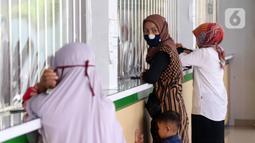 Para nasabah mendapat pelayanan di Pegadaian Kota Tangerang, Banten, Kamis (4/6/2020). Memasuki tahun ajaran baru yang jatuh pada 13 Juli 2020, warga ramai menggadaikan barang mereka untuk persiapan masuk sekolah anak. (Liputan6.com/Angga Yuniar)