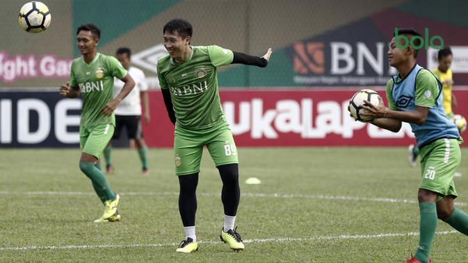 Pemain Bhayangkara FC, Lee Yoo-joon, melempar bola saat latihan di Stadion PTIK, Jakarta, Minggu (2/12). Latihan ini persiapan jelang laga Liga 1 melawan PSM Makassar. (Bola.com/Yoppy Renato)
