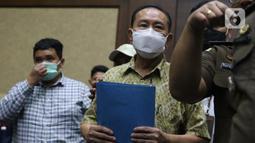 Tersangka perkara dugaan suap penghapusan nama terpidana perkara pengalihan hak tagih atau cessie Bank Bali dari daftar red notice Polri, Djoko Soegiarto Tjandra (tengah) bersiap menjalani sidang pembacaan dakwaan di Pengadilan Tipikor Jakarta, Senin (2/11/2020). (Liputan6.com/Helmi Fithriansyah)