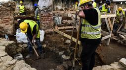 Awak konstruksi dan arkeolog bekerja di penggalian situs kuno di bawah pusat kota Thessaloniki, Yunani (25/4). Dalam penggalian ini telah ditemukan lebih dari 300.000 benda penting termasuk 50.000 koin dari 2.300 tahun lalu. (AFP/Aris Messinis)