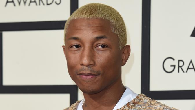 Penyanyi yang juga rapper, Pharrell Williams saat tiba di karpet merah ajang bergengsi Grammy Awards 2016 di Los Angeles, Senin (15/2). Pelantun 'Happy' itu mengenakan t-shirt yang dipadu dengan jaket wanita Chanel. (AFP PHOTO/Valerie MACON)