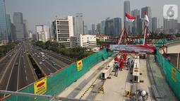 Pekerja melakukan pengecoran tahap akhir jembatan lengkung bentang panjang atau long span pada proyek LRT Jabodebek di kawasan Kuningan, Jakarta, Senin (11/11/2019). Long span tersebut masuk dalam Museum Rekor Dunia Indonesia (MURI). (Liputan6.com/Angga Yuniar)