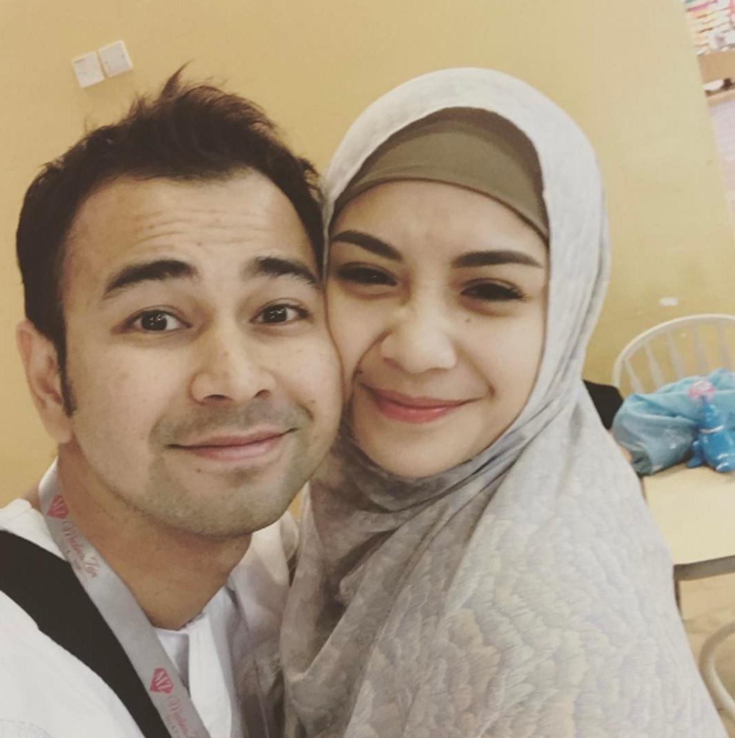 Raffi Ahmad dan Nagita Slavina, mesra saat berangkat umrah. (Instagram @raffinagita1717)