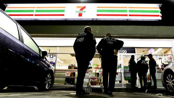 Petugas imigrasi AS melakukan razia imigan gelap ke 100 toko 7-Eleven (AP)