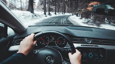 Ilustrasi mengendarai mobil