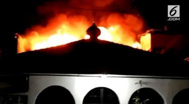 Korsleting listrik menghanguskan rumah-rumah dan membuat panik warga di kawasan Manggarai
