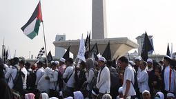 Umat muslim mengikuti aksi reuni 212 di kawasan silang Monas, Jakarta, Minggu (2/12). Aksi reuni 212 sendiri dimulai tepat pukul 03.00 WIB, dengan menggelar salat Tahajud berjemaah. (Liputan6.com/Herman Zakharia)