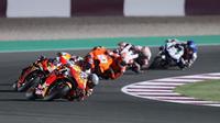 Pembalap Repsol Honda, Pol Espargaro, mengaku masih membutuhkan adaptasi dengan motor RC213V. (AFP/Karim Jaafar)