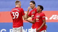Para pemain Manchester United merayakan gol yang dicetak oleh Jesse Lindgard ke gawang Leicester City pada laga Premier League di Stadion King Power, Minggu (26/7/2020). Manchester United menang dengan dua gol tanpa balas. (Oli Scarff/Pool via AP)