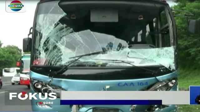 Kecelakaan bermula, saat minibus tanpa sebab yang jelas tiba-tiba berhenti mendadak.