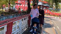 Whulandary Herman saat berjalan-jala di Melaka, Malaysia bersama suami dan buah hati mereka.(dok. Instagram @whulandary/https://www.instagram.com/p/CC0SPBiJ9a4/
