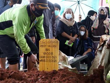 Hujan dan Haru Iringi Pemakaman Mantan Penggawa Timnas Indonesia Ricky Yacobi