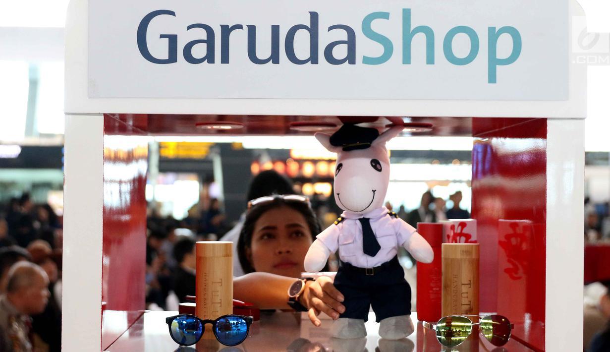 Sejumlah barang dipamerkan dalam GarudaShop di Bandara T3 Soekarno-Hatta, Tangerang, Banten, Selasa (13/2). Garuda Indonesia bekerja sama dengan JD.ID dalam pengembangan bisnis melalui channel GarudaShop. (Liputan6.com/Angga Yuniar)