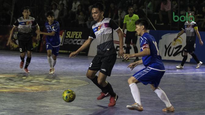 Pemain Kerambah FC berusaha melewati pemain Al-Falah pada laga Grand Final Futsal Battle di Mall Taman Anggrek, Jakarta, Minggu (14/10). Kerambah FC juara melalui adu penalti. (Bola.com/Vitalis Yogi Trisna)
