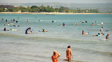 Bermain Surfing di Pantai Kuta