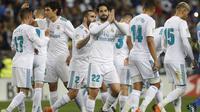 Para pemain Real Madrid merayakan gol Isco saat melawan Malaga pada lanjutan La Liga Santander di Rosaleda stadium, Malaga, (15/4/2018). Madrid menang 2-1. (AP/Miguel Morenatti)