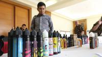 Liquid vape diperlihatkan saat pemberian izin perdana berupa NPPBKC, Jakarta, Rabu (18/7). Di dalam aturan yang berlaku 1 Juli 2018, liquid vape yang merupakan hasil pengolahan tembakau lainnya (HPTL) dikenakan tarif cukai 57%. (Liputan6.com/Angga Yuniar)