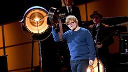 """Sejak kecil, kaca mata sudah menjadi bagian hidup dari Ed Sheeran. Bahkan penyanyi yang terkenal dengan lagu """"Perfect"""" ini pernah di bully karena menggunakan kaca mata waktu kecil. (sumber:Kapanlagi.com)"""