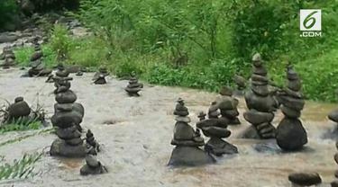 Warga Sukabumi dihebohkan dengan temuan puluhan tumpukan batu misterius di aliran Sungai Cibojong.