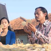 Tya Arifin saat melakoni adegan film Preman Pensiun