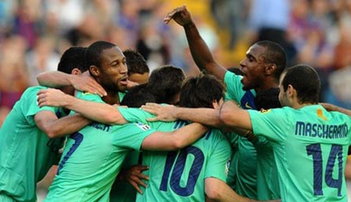 Para pemain Barcelona merayakan keberhasilan mereka menjuarai La Liga musim ini meski hanya bermain imbang 1-1 versus Levante di Estadi Ciutat de Valencia, 11 Mei 2011. AFP PHOTO/JOSE JORDAN