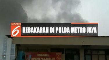 Upaya pemadaman api sempat terkendala asap tebal yang membuat petugas kesulitan mencari titik api.