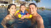 Titi Kamal bersama Christian Sugiono dan putranya Arjuna Jayan Sugiono. (Instagram)