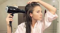 Ilustrasi penggunaan hair dryer. (dok. shutterstock/Novi Thedora)