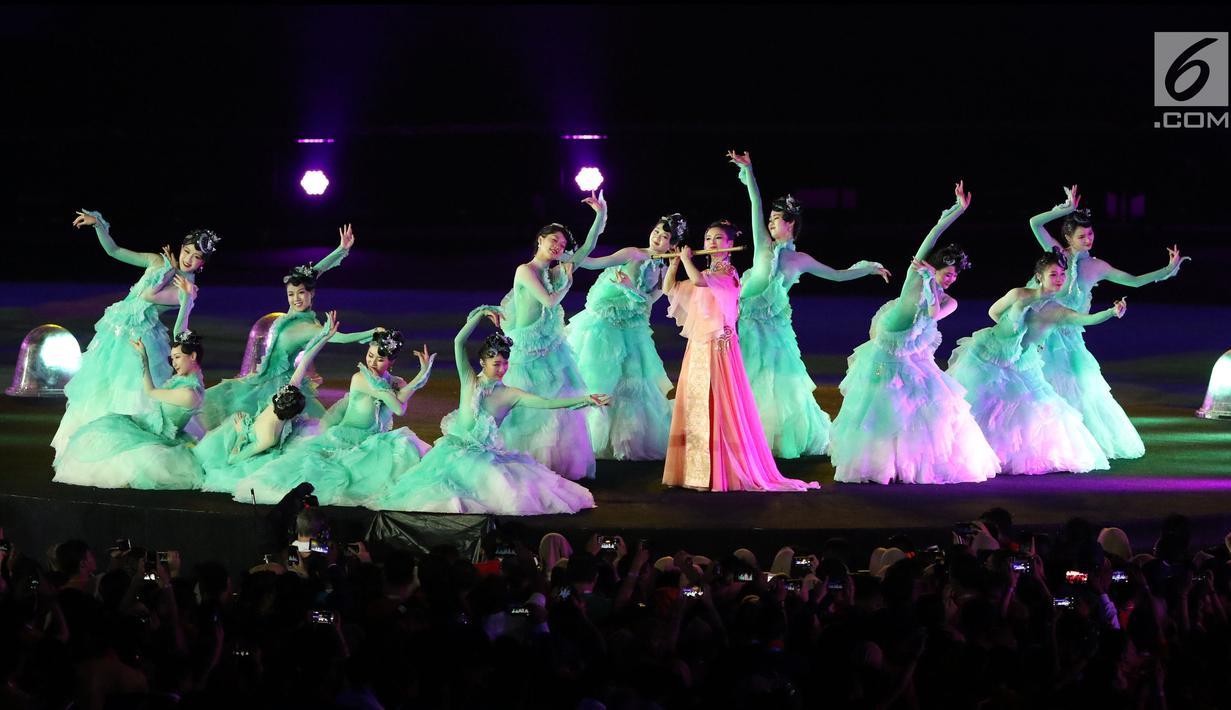 Sejumlah penari tampil dalam Upacara Penutupan Asian Games 2018 di Stadion Utama Gelora Bung Karno, Jakarta, Minggu (2/9). Tarian terlihat seperti refleksi keindahan alam Kota Hangzhou sebagai tuan rumah Asian Games 2022 (Liputan6.com/Helmi Fithriansyah)