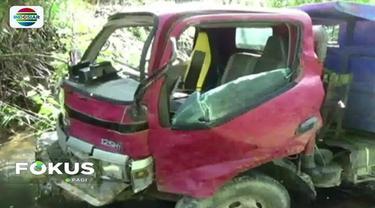 Sebuah truk yang tengah mengangkut belasan pengungsi gempa jatuh ke jurang di Mamasa, Sulawesi Barat. Empat orang meninggal dunia dalam kecelakaan tersebut.