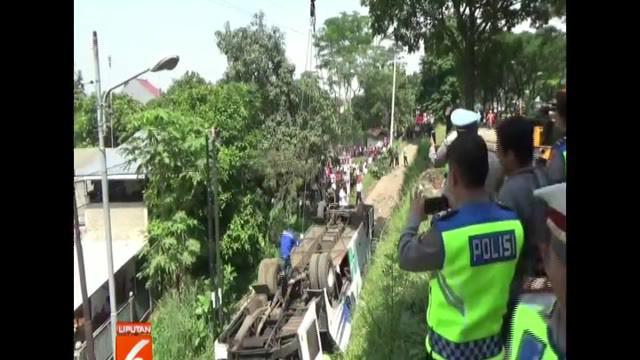 Alat berat didatangkan dari Kota Bandung untuk mengangkut kendaraan naas ini.