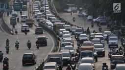 Mobil berplat nomor genap terjebak kemacetan di Jalan KH. Abdullah Syafei, Jakarta, Senin (9/9/2019). Perluasan wilayah ganjil genap yang berlaku hari ini membuat pengendara beralih ke ruas jalan alternatif sehingga jumlah kendaraan meningkat dan menyebabkan kemacetan panjang. (merdeka.com/Iqbal Nug