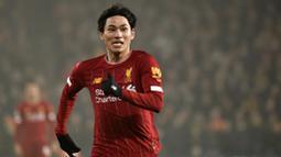 Pemain Liverpool, Takumi Minamino, berlari saat melawan Wolverhampton Wanderers pada laga Premier League di Stadion Molineux, Kamis (23/01/2020). Liverpool menang dengan skor 2-1. (AP/Rui Vieira)