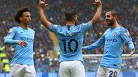 Penyerang Manchester City Sergio Aguero (tengah) merayakan gol ke gawang Cardiff City pada laga Liga Inggris di Cardiff City Stadium, Sabtu (22/9/2018). (AFP/Geoff Caddick)