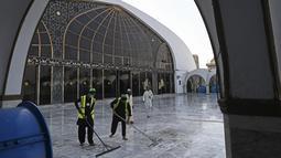 Pekerja mendisinfeksi masjid Data Darbar menjelang Ramadan di Lahore, Pakistan pada Sabtu (10/4/2021). Sejumlah fasilitas masjid tersebut mulai dibenahi menjelang bulan Ramadan guna memberikan kenyamanan warga dalam beribadah. (Arif ALI / AFP)