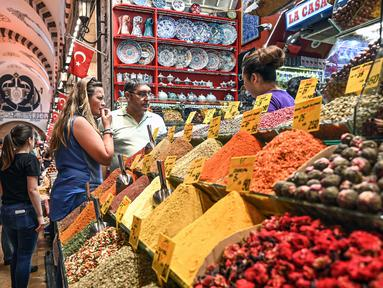 Orang-orang berbelanja di pasar rempah-rempah atau Spice Bazaar yang bersejarah di distrik Eminonu di Istanbul, (13/7/2019). Spice Bazaar adalah salah satu bazaar terbesar di kota tersebut. (AFP Photo/Ozam Kose)