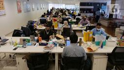 Suasana ruang kerja di Suntory Garuda, Jakarta, Senin (8/8/2020). Perusahaan tersebut menerapkan protokol kesehatan saat hari pertama kerja di masa PSBB transisi yang diterapkan oleh Pemprov DKI Jakarta. (Liputan6.com/Herman Zakharia)