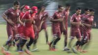 Para pemain Persija Jakarta melakukan pemanasan saat latihan di Lapangan ABC Senayan, Jakarta, Senin (14/5/2018). Latihan ini persiapan jelang melawan Home United pada laga AFC Cup. (Bola.com/Vitalis Yogi Trisna)