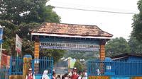 Para siswa SDN 115 Palembang pulang karena sekolah diliburkan akibat kabut asap pada Senin (23/9/2019) pagi (Liputan6.com / Nefri Inge)
