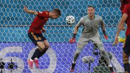 Spanyol langsung menekan Swedia di awal laga. Pada menit ke-18 sundulan gelandang Daniel olmo masih dapat dihadang kiper Swedia, Robin Olsen. (Foto: AP/Pool/Jose Manuel Vidal)