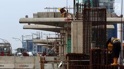 Pekerja menyelesaikan proyek pembangunan Light Rail Transit (LRT) koridor Cibubur-Cawang di Jakarta, Rabu (5/12). LRT koridor Cibubur-Cawang akan diuji coba pada April 2019. (Liputan6.com/JohanTallo)
