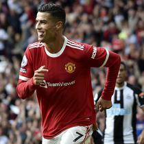 Cristiano Ronaldo menjadi salah satu pencetak gol tertua di Manchaster United, yaitu 36 tahun 7 bulan 4 hari. Ronaldo mencatatkan namanya saat melawan Newcastle dengan skor akhir 4-1 untuk kemenangan MU. (AP/Rui Vieira)